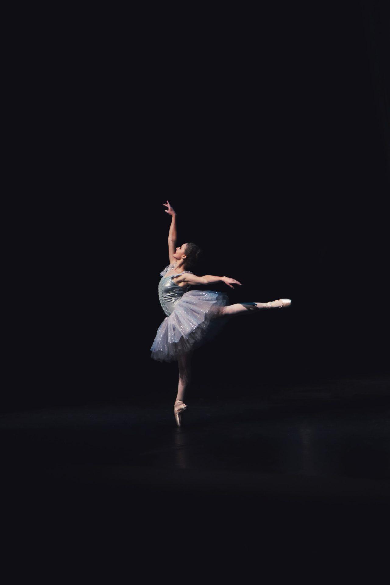 完璧な姿勢で踊るバレリーナ